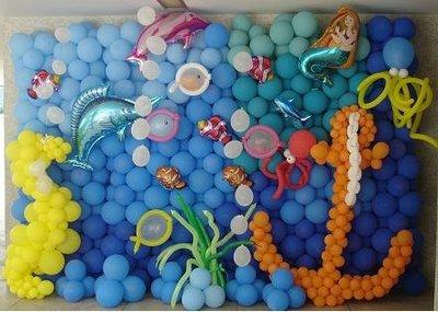 decoração com bolas fundo do mar
