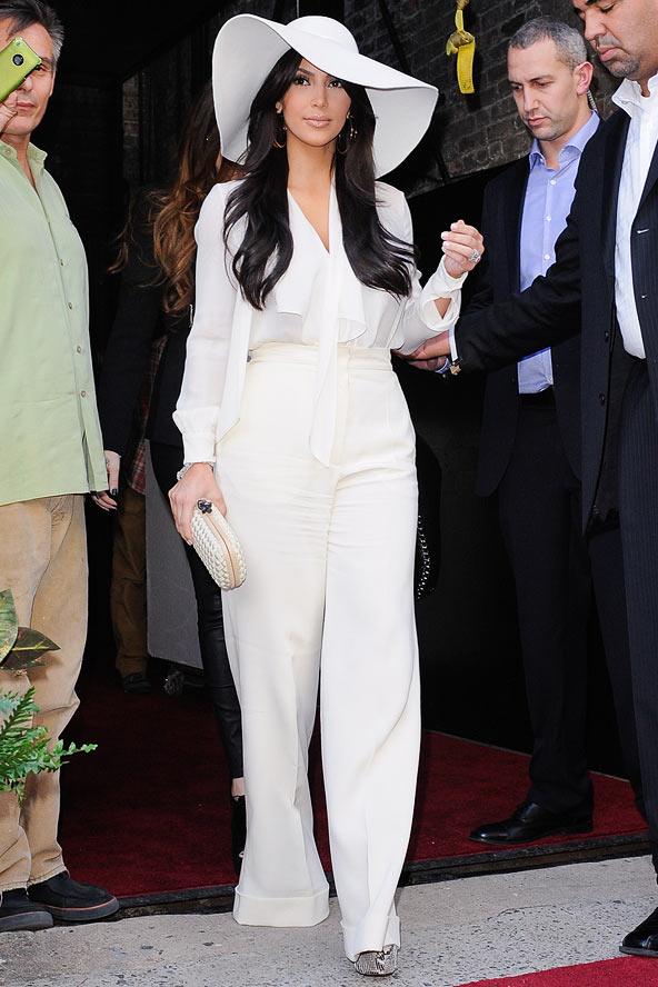 Kim Kardashian como usar calça branca